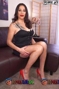 TGirl40.com – Kristen Kraves – Statuesque Kristen Kraves Rocks Her Red Heels [HD 720p]