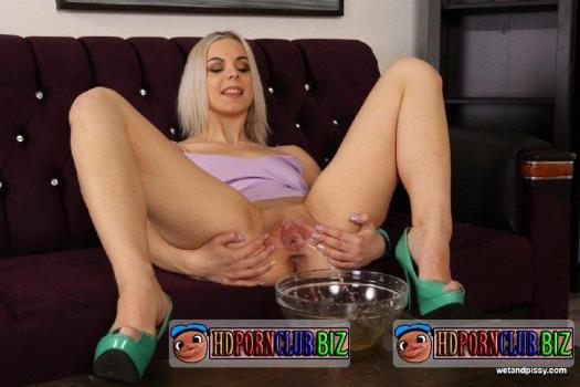 WetAndPissy.com – Julia Parker – Tasting her Golden Nectar [FullHD 1080p]